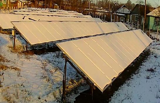 засніжені сонячні панелі