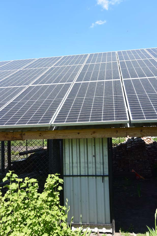 деревянный стол на 30 солнечных панелей